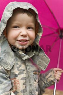 Junge mit Regenschirm
