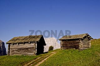 Heuhütten mit Civetta/ wooden huts in South Tyrol