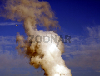 Industrie Kühlturm nd Flugzeug