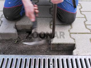 Bauarbeiter bei Betonsteinpflaster entfernen