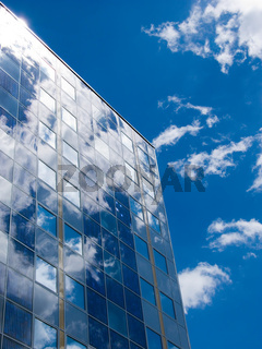 Moderne Fassade mit Sonnen-Kollektoren