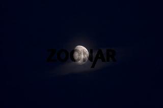 Mond mit Nebelschwade