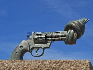 Skulptur Non-Violence | sculpture Non-Violence