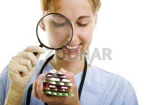 Kontrolleurin prüft Arzneien
