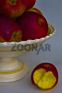 Äpfelschale rote Äpfel mit angebissenem Apfel