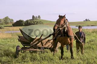 Transport, Pferdegespann beim Bootstransport, Litauen, geogr. Lithuania