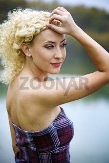 herbstliche Outdooraufnahme junge Frau am See