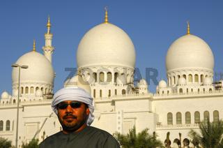 Vor der Sheikh Zayed Bin Sultan Al Nahyan Moschee
