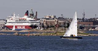 Segler und Fahre vor der Stadtsilhouette von Helsinki