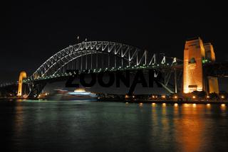 Harbour Bridge mit vorbeifahrendem Schiff bei Nacht