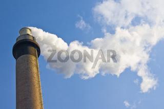 Fabrikschornstein, weißer Rauch,  blauer Himmel
