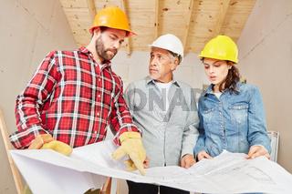 Handwerker und Vorarbeiter planen in Teamwork