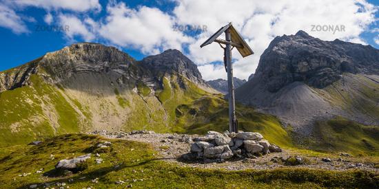 Feldkreuz beim Rappensee, dahinter Linkerskopf, 2459m, Rotgundspitze, 2485m, und Hochgundspitze, 2460m, Allgäuer Alpen, Allgäu, Bayern, Deutschland, Europa