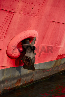 Roter Schiffsbug mit Anker