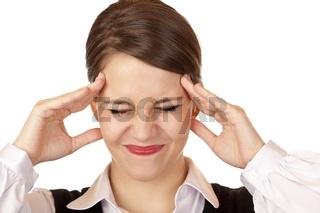 Junge Frau hat starke Kopfschmerzen