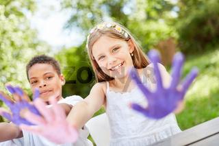 Kinder spielen und malen mit Fingerfarben