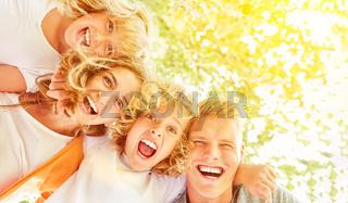 Familie und Kinder sind begeistert als Team
