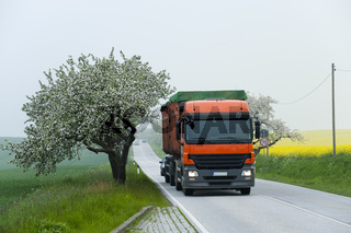 LKW und Apfelbäume