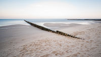 Küstenschutz mit Buhnen am Meer