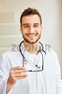 Freundlicher Mann als erfolgreicher Arzt