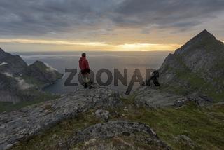 Mann blickt ueber den Atlantik, Moskenesoeya, Lofoten