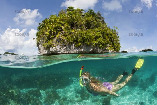 Touristin schnorchelt in Palau