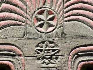 Davidstern und Pentagram als Verzierungen an einem Fachwerkhaus