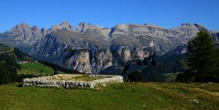 Sellajoch mit Geislergruppe in den Dolomiten, Suedtirol, Italien