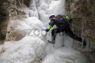 Eisklettern auf  einem Wasserfall im Nationalpark Kalkalpen, Oberösterreich,