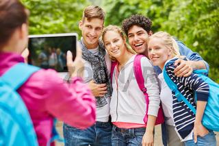 Junge Leute machen Foto mit Tablet