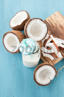 Kokosmilch und frische Kokosnuss