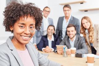 Multikulturelle Start-Up Frau vor ihrem Team
