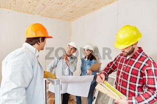 Architekt gibt Team Anweisung