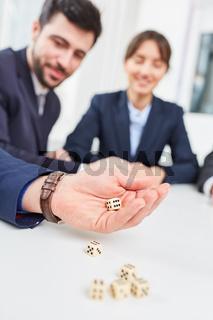 Business Team am Tisch beim Würfelspiel