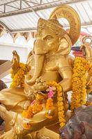 Goldener Ganesha mit Blumen