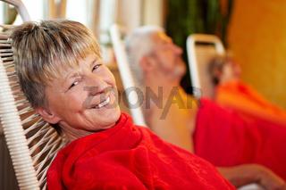 Seniorin im Ruheraum