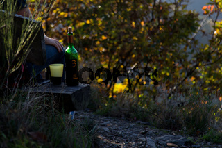 Eine Flasche Rotwein auf dem Rotweinwanderweg