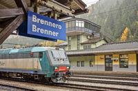 Eine italienische Mehrsystem-Güterzug-Lokomotive wartet am Brenner auf die Fahrt nach Österreich