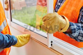Monteure bei der Installation von Fenster