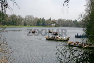 Gondeln mit Touristen im Woerlitzer Park