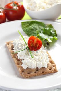 Knaeckebrot mit Frischkaese / crispbread with cottage cheese