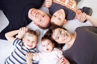 Lachende Familie im Kreis