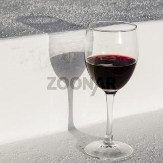 Glas Rotwein mit Schatten