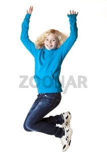 Junges Mädchen springt vor Freude in die Luft