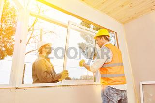 Zusammenarbeit beim Fenster einbauen