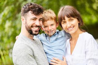 Glückliche Familie mit Sohn im Park