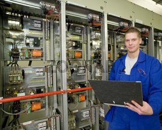 Azubi in der Ausbildung als Elektriker