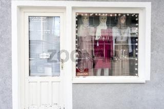 Laden für islamische Mode in der Hauptstrasse von Sanski Most, Bosnien