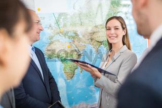 Geschäftsfrau präsentiert internationale Business Strategie