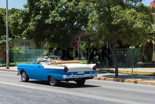 Amerikanischer weiß blauer Cadillac auf der Straße in Varadero Kuba - Serie Kuba 2016 Reportage